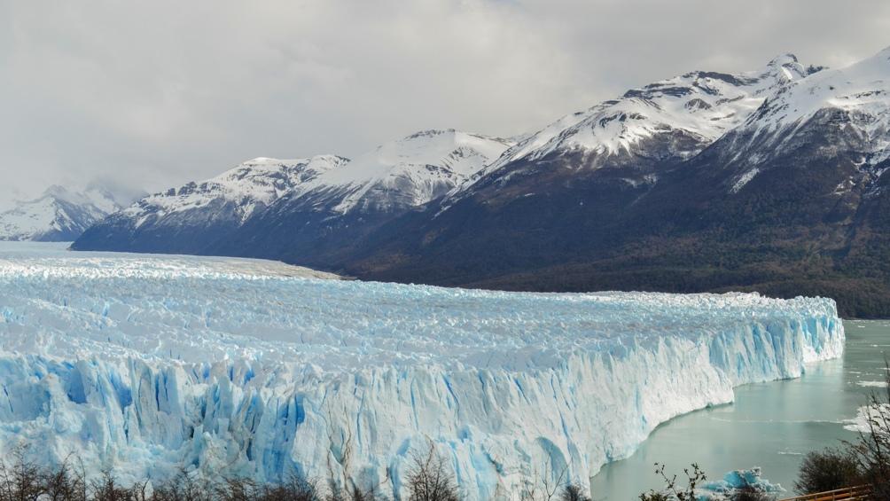 El glaciar Perito Moreno tiene un frente de 5 kilómetros y 60 metros de altura.
