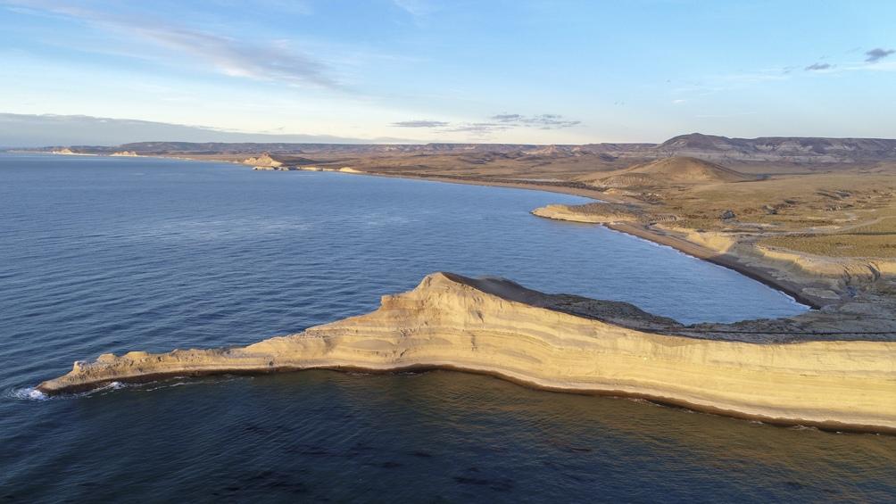 El icono central del paisaje es una península de tierra que parece un león echado.