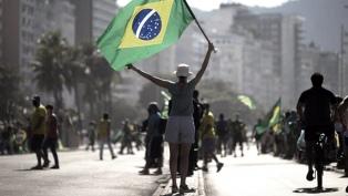 Temen que las marchas oficialistas aumenten la cantidad de contagios y muertes en Brasil