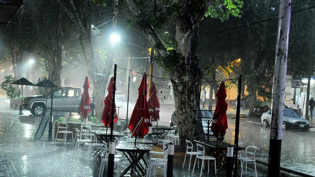 Una tormenta de lluvia y el granizo cayó con gran rigor en Capital y Godoy Cruz