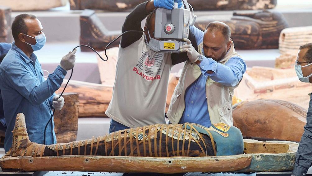 El nuevo tesoro fue descubierto en la necrópolis de Saqqara, donde el mes pasado ya se habían hallado unos sesenta sarcófagos intactos de más de 2.500 años.