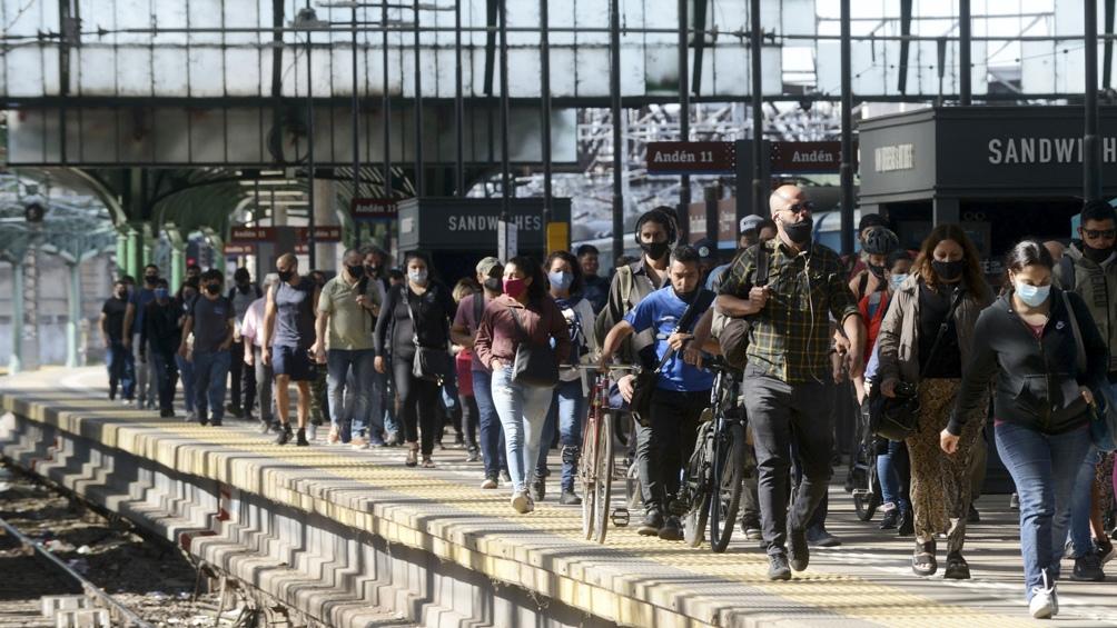 El mayor aumento se registró en los trenes, donde viajaron un total de 296.463 pasajeros.