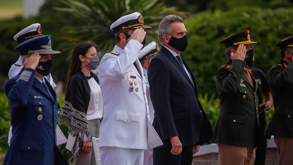 En el acto se les entregó un sable a los familiares de los tripulantes que habían sido ascendidos post mortem.