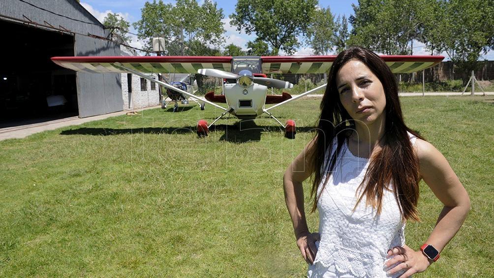 Desde que en 2007 falleció un conocido piloto en un accidente, no hubo más acrobacia en la capital bonaerense. Jenny se ilusiona con el pronto regreso.
