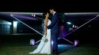 """Jenny y su esposo Marcos se casaron en el Aeroclub de La Plata. A la ceremonia """"llegamos volando, separados en dos aviones y haciendo acrobacia para nuestros invitados"""", recuerda."""