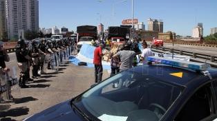 Los manifestantes levantaron la protesta sobre el Puente Pueyrredón