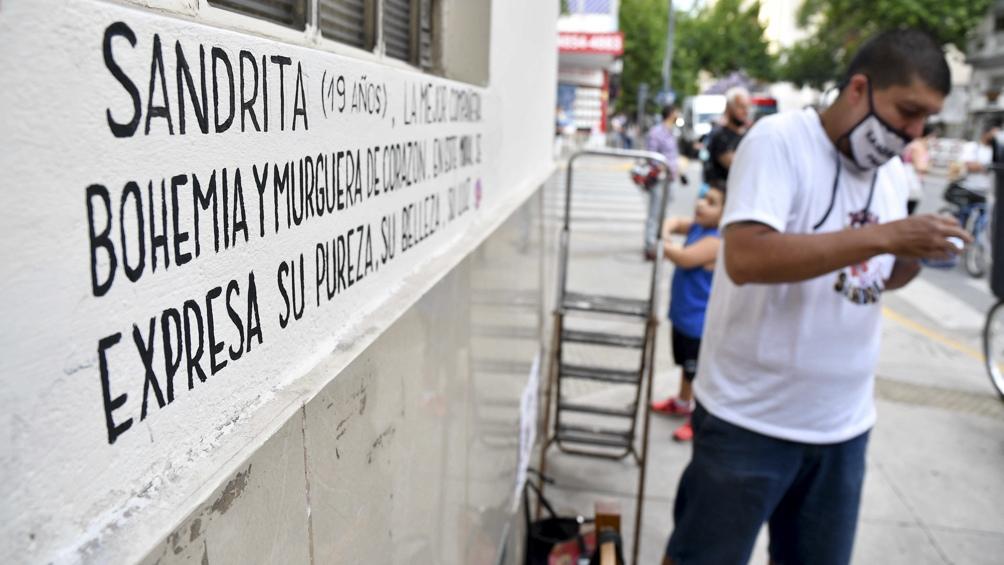 El reclamo, bajo la consigna #Justiciaporsandrita, comenzó a las 18 con la presentación de un mural.