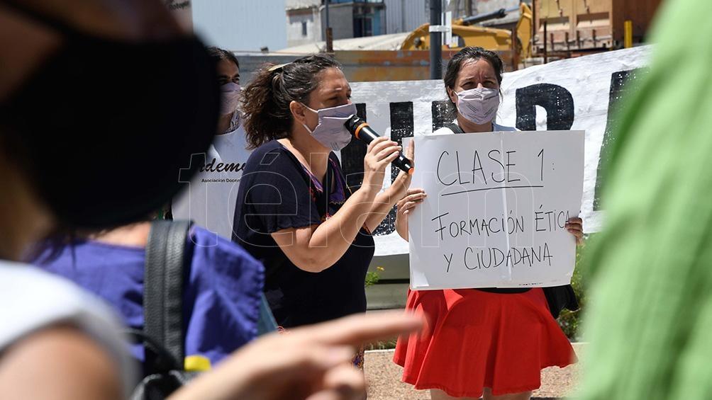Trabajadores docentes nucleados en Ademys cumplen un paro total de actividades y realizan una concentración y una clase pública frente a la sede del Ministerio de Educación porteño.