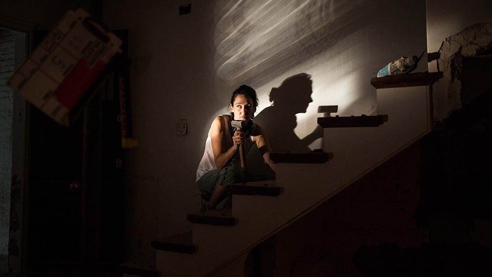 La trama, donde la ficción y la realidad se entremezclan, muestra el derrotero de esta autodestructiva mujer que se resiste a los cambios.