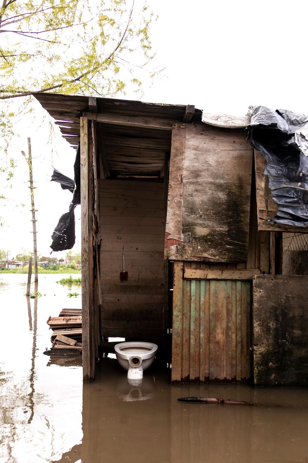 Un baño externo durante una inundación, uno de los problemas frecuentes.