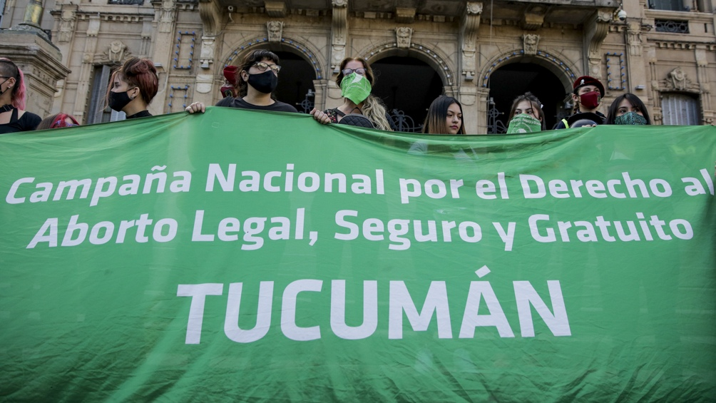 En Tucumán, mujeres se congregaron frente a la Casa de Gobierno.
