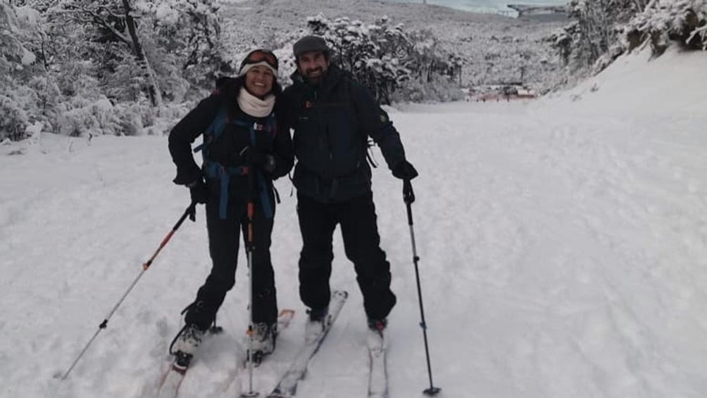 Con Lara, su pareja -es instructora de esquí- en el glaciar Martial, Ushuaia.