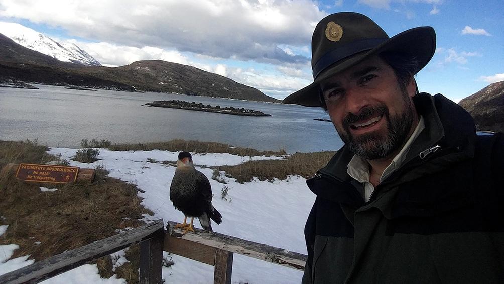 Gabriel Willink, con la Bahía de Lapataia -y un carancho- de fondo.