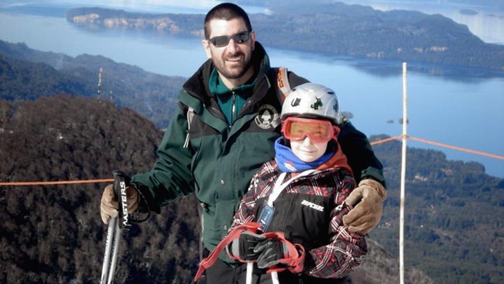 En la cima del Cerro Bayo, esquiando con su hijo Alan, que entonces tenía diez años.