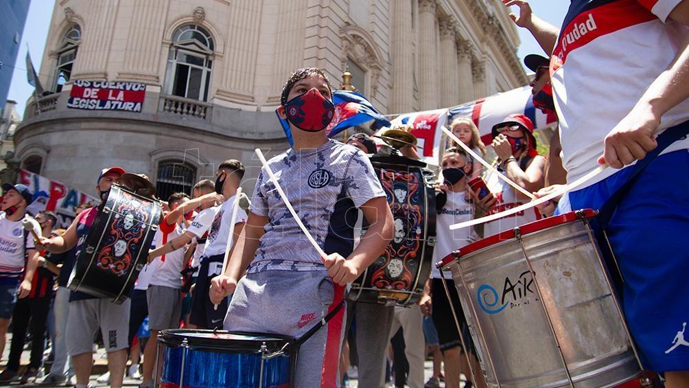 Los hinchas tapizaron con banderas la fachada del Palacio legislativo y también las inmediaciones del lugar por avenida Diagonal Sur.