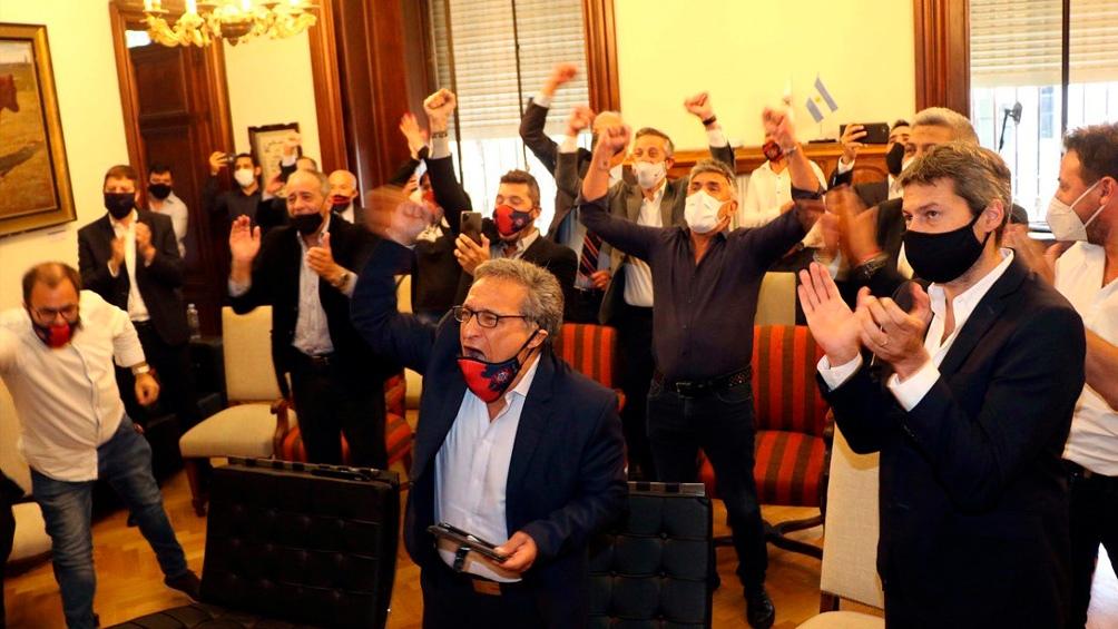 La dirigencia de San Lorenzo siguió (y festejó) la votación desde un salón del Palacio Legislativo.