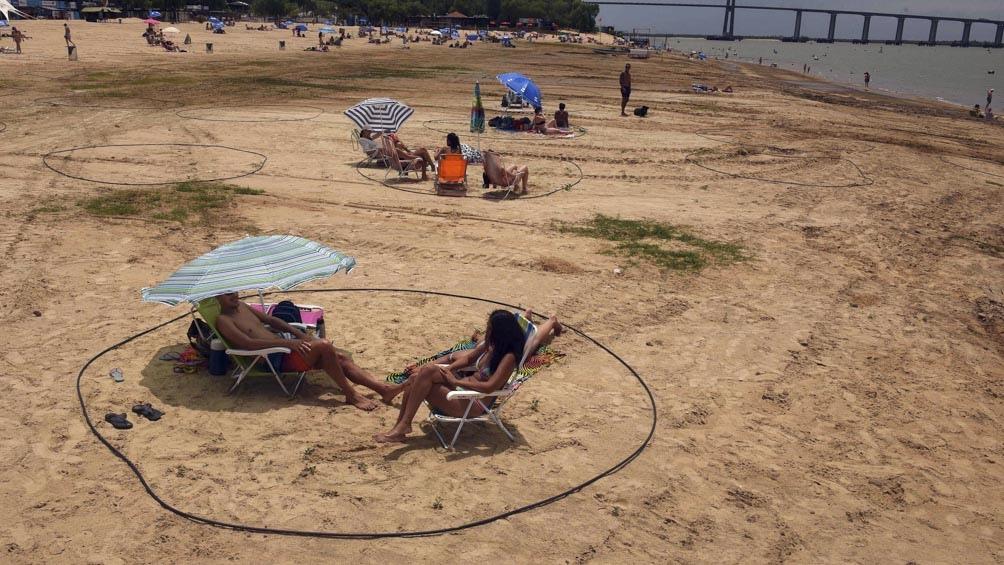En La Florida hay una amplia extensión de arena, con círculos delineados para mantener el distanciamiento social.