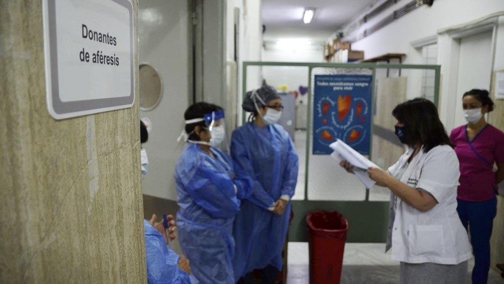 Entregan primeros litros de un spray anticoronavirus para el personal sanitario bonaerense
