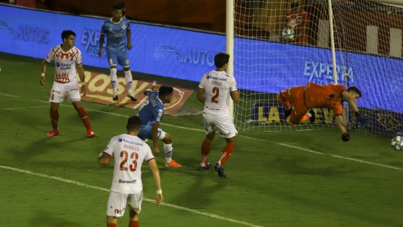 Vélez se hizo fuerte ante Huracán y pasó a lo más alto de la zona 6