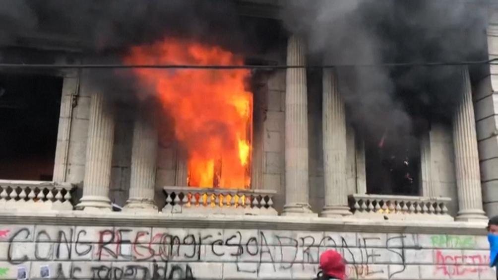 El sábado, miles de guatemaltecos se manifestaron pacíficamente para pedir la dimisión del presidente, mientras otros se dirigieron a la sede del Parlamento e incendiaron varias oficinas tras romper ventanas para ingresar.
