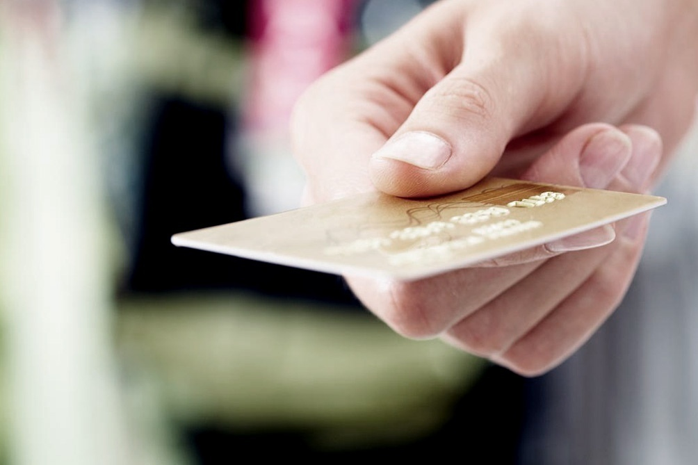 Los porteños hacen menos compras con tarjeta porque hay menos crédito y se cobra un impuesto a los sellos.