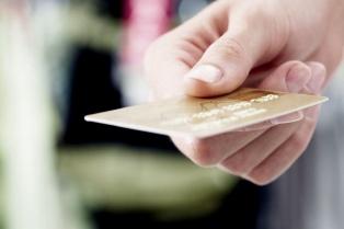 Se desacelera el consumo con tarjetas por límites de crédito e impuesto a los sellos