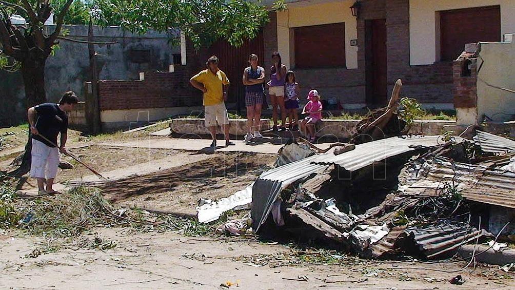 La cola del tornado ocasionó serios daños a la infraestructura de los servicios.