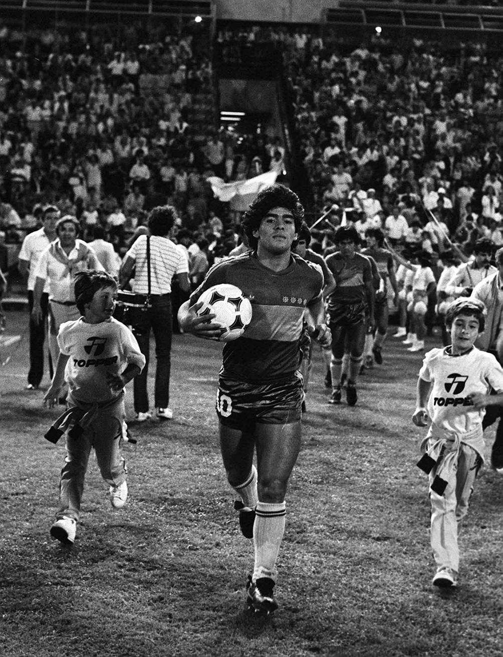Maradona solo jugó ese año con Boca y luego lo hizo muy poco en el primer semestre de 1982.