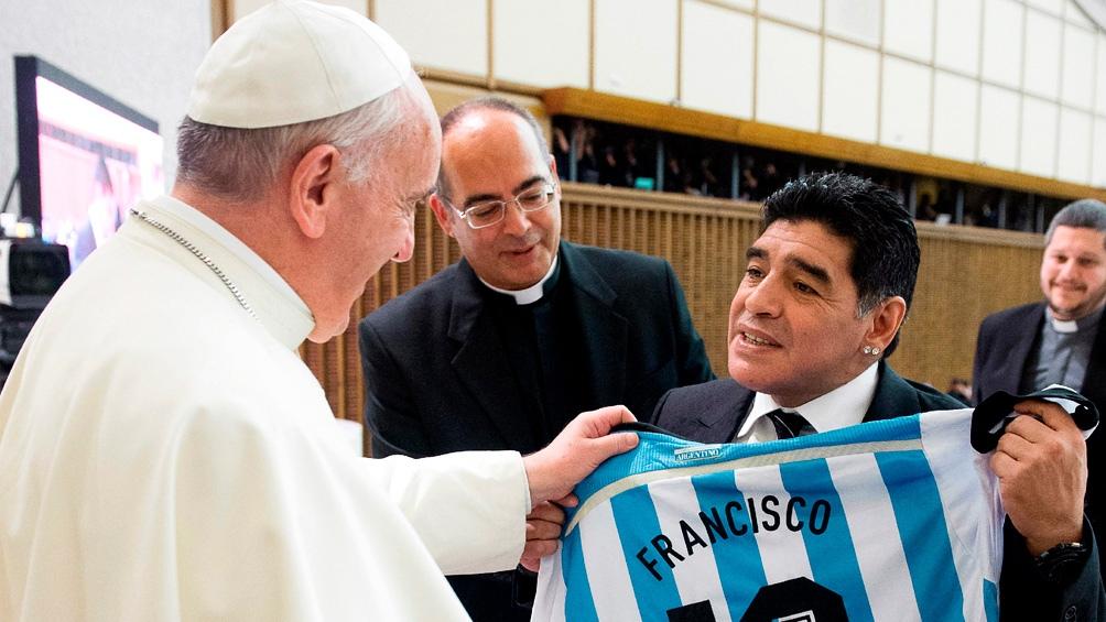 Francisco recibió a Maradona en una pequeña reunión en 2014