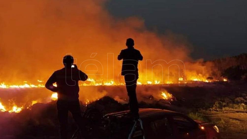 En la provincia de Corrientes persiste el fuego en la ciudad de Ituzaingó, donde también opera un avión hidrante.