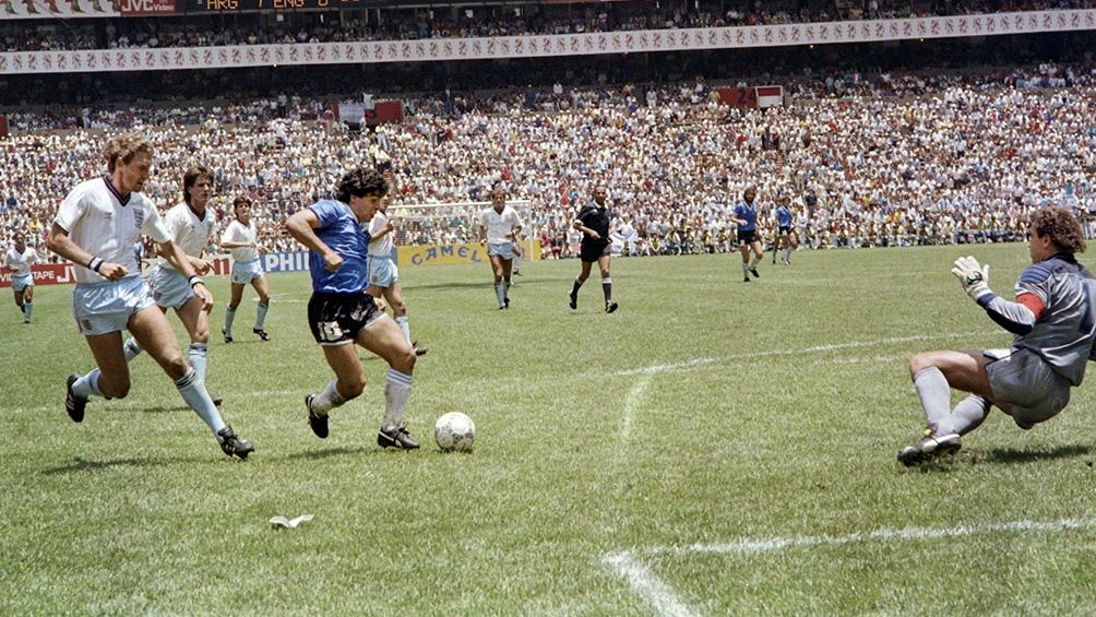 Maradona se apresta a dejar atrás al arquero Peter Shilton, su obra cumbre ya casi está consumada. (Foto: AFP)