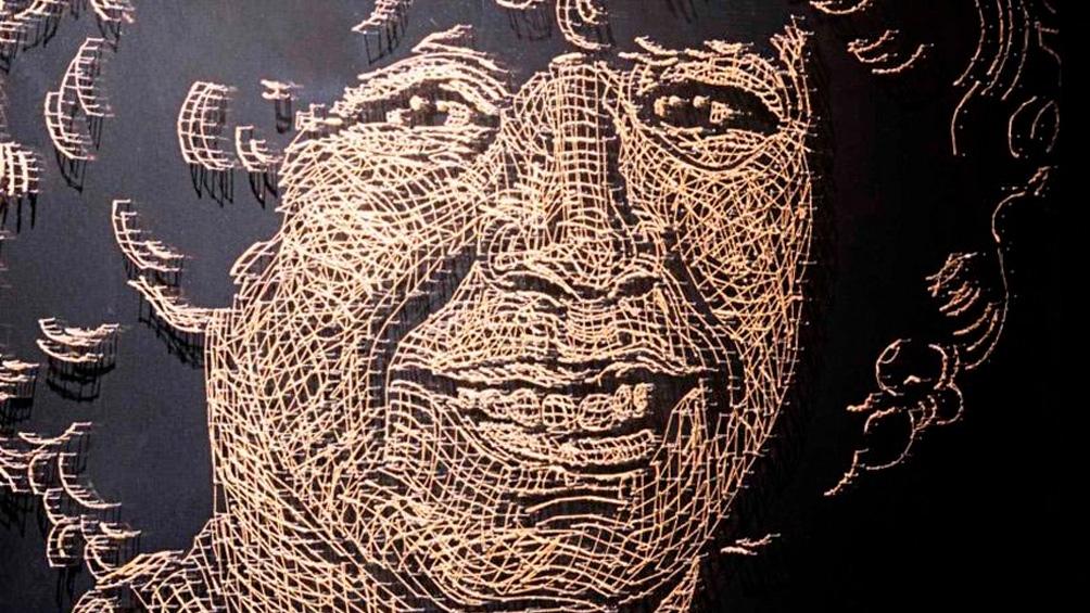 El grupo Mondongo retrató a Maradona con cadenitas de oro.