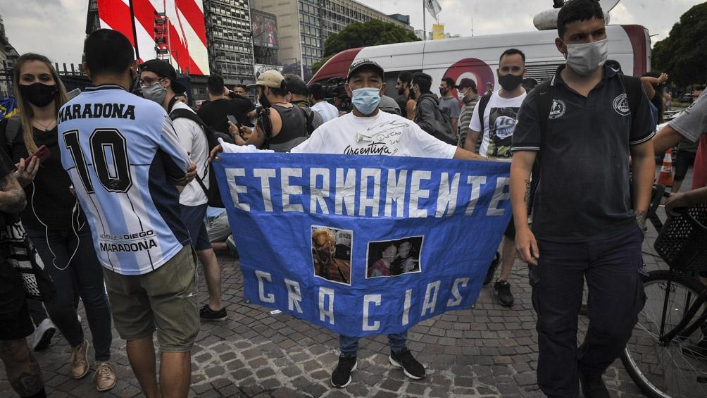 Miles de hinchas se acercan al Obelisco para despedir y homenajear a Diego