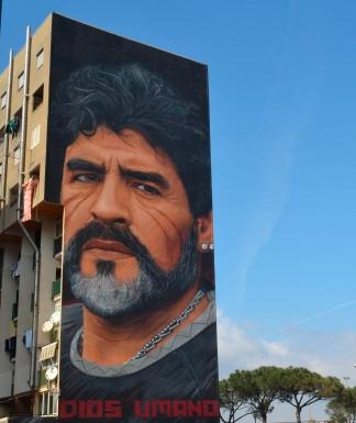 Un mural en homenaje a Maradona, en un muro de Nápoles.