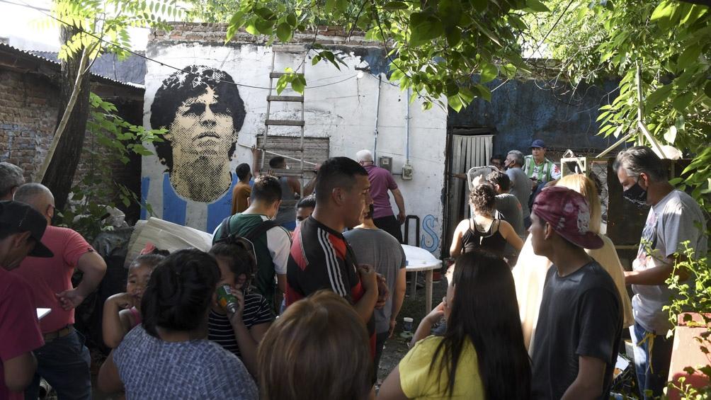 Cientos de vecinos homenajearon a Diego Maradona en los barrios donde vivió  - Télam - Agencia Nacional de Noticias