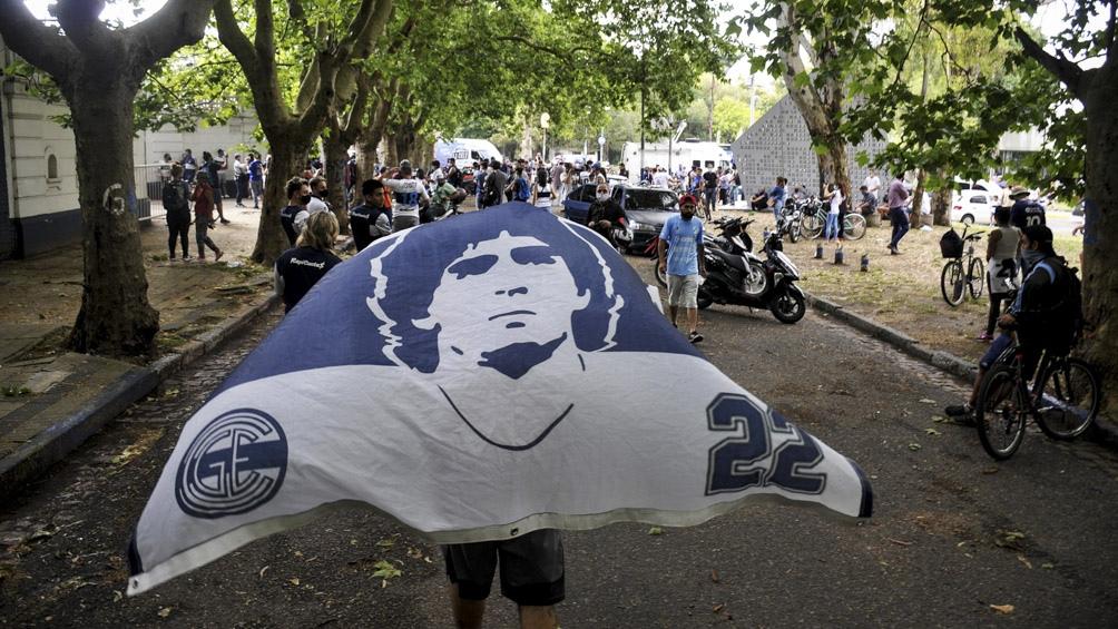 Los hinchas se autoconvocaron a través de las redes para homenajear hoy a Diego en el Bosque.