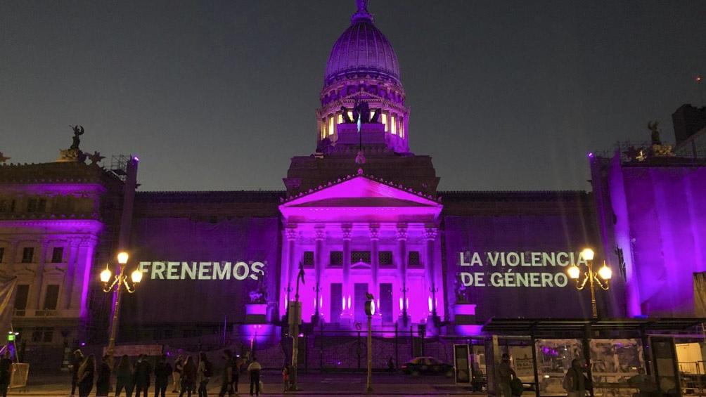 El Congreso se iluminó de violeta por el Día Internacional contra la Violencia de Género.