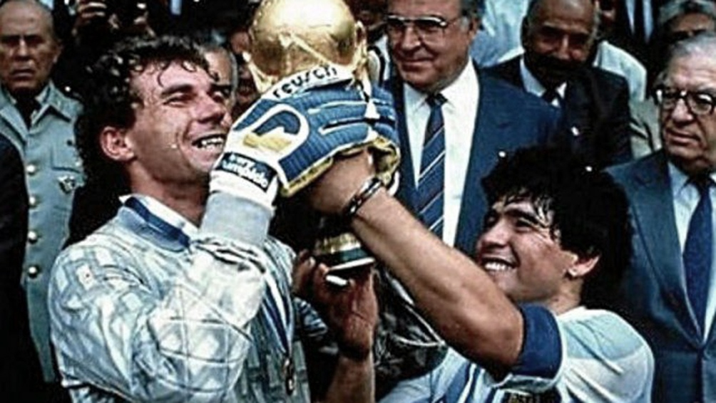 Pumpido y Maradona con la Copa del Mundo de México en 1986 (foto archivo)