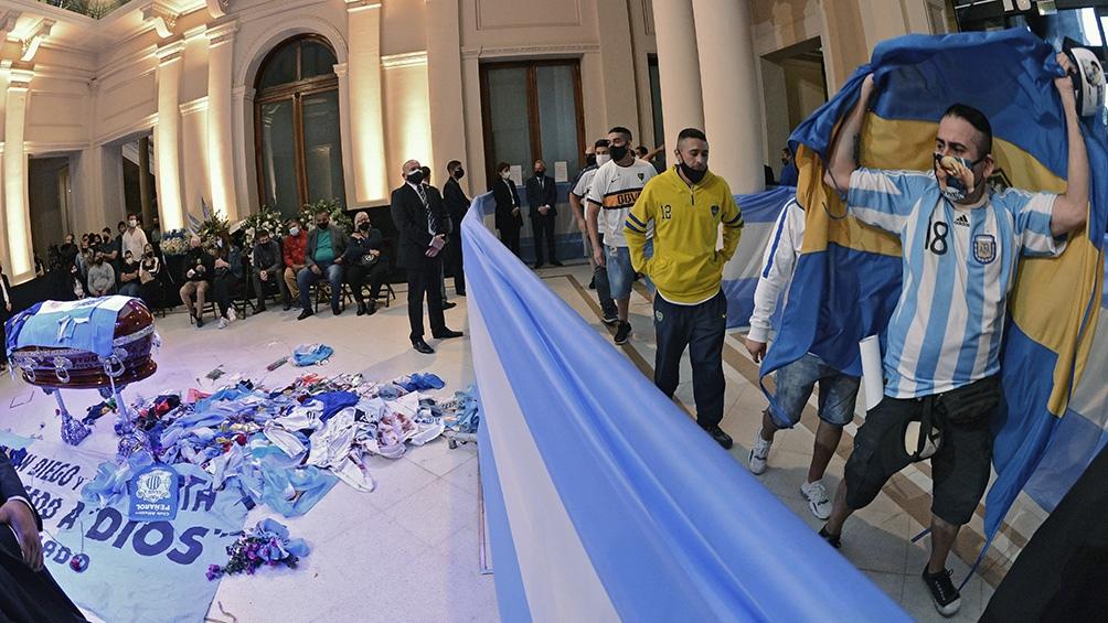 Durante casi diez horas, los admiradores de Maradona desfilaron delante del féretro.