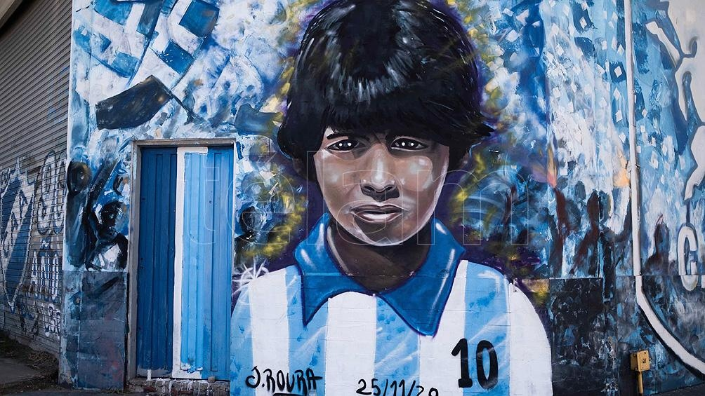 Miles de personas homenajean y despiden a Diego Maradona con murales y ofrendas en todo el país