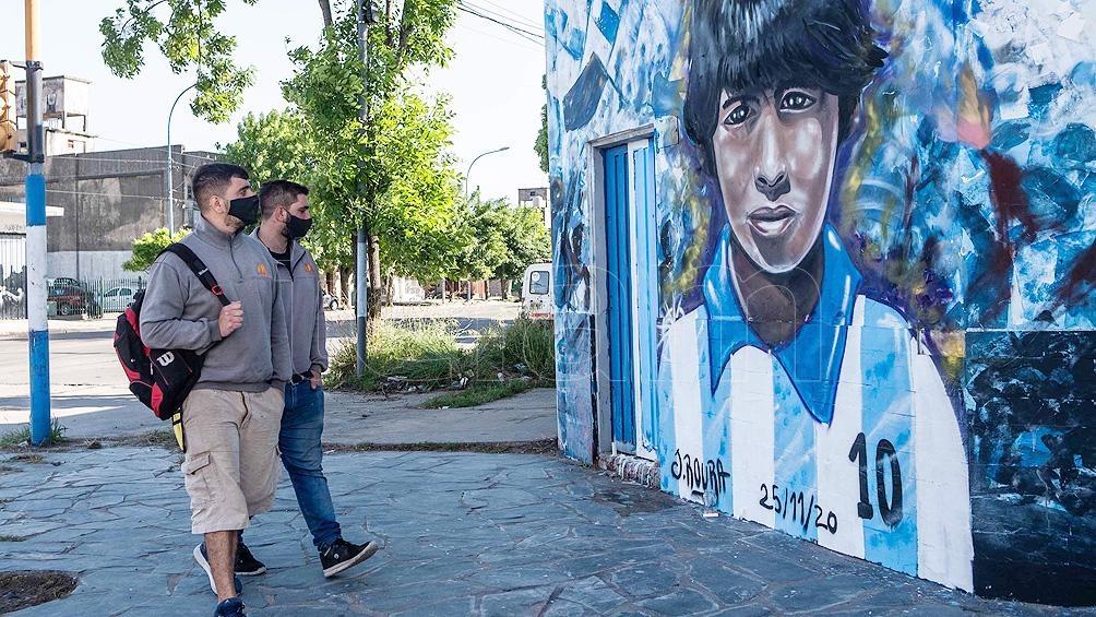 La gente se acercó a homenajear a Diego en el mural.