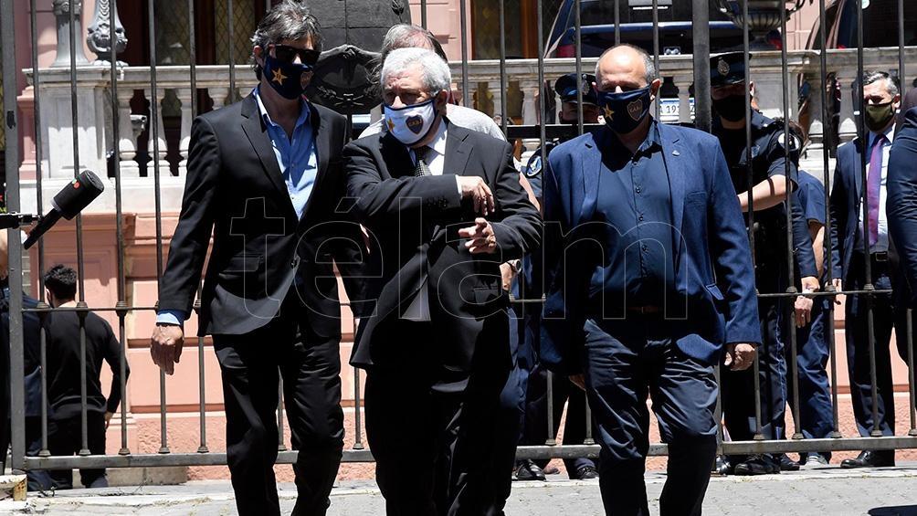 Jorge Amor Ameal, presidente de Boca, y Mario Pergolini, vice primero, se acercaron  a la Casa Rosada para brindarle el último adiós a Diego Armando Maradona.