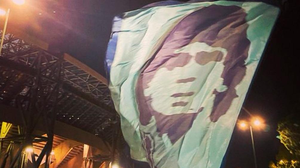 Una bandera con el rostro de Diego preside el estadio San Paolo.