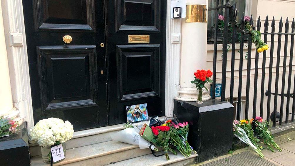 Se armaron santuarios en las puertas de las  embajadas.