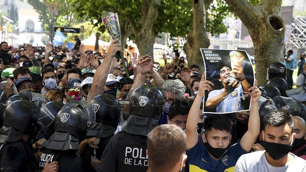 Cientos de miles de personas se acercaron a los alrededores de la Casa Rosada donde se realizó el velorio del Diez