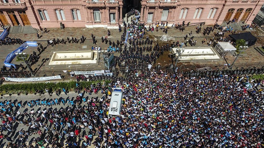 Luego de unos minutos de demora, la comitiva salió de Casa Rosada