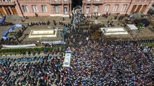 Un fiscal pidió desestimar denuncias contra el Gobierno por el velatorio de Maradona