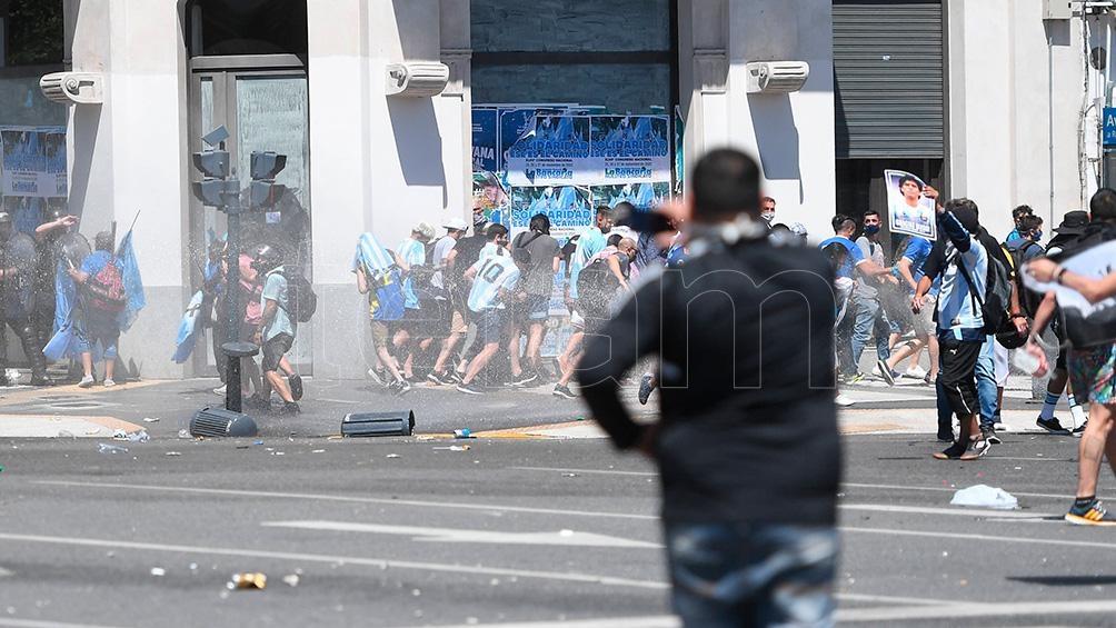 La Policía de la Ciudad desató una feroz represión con gases y balas de goma.
