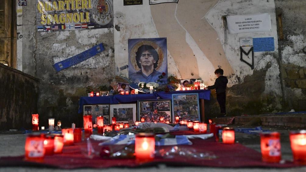 Mertens se acercó a homenajear al ídolo argentino