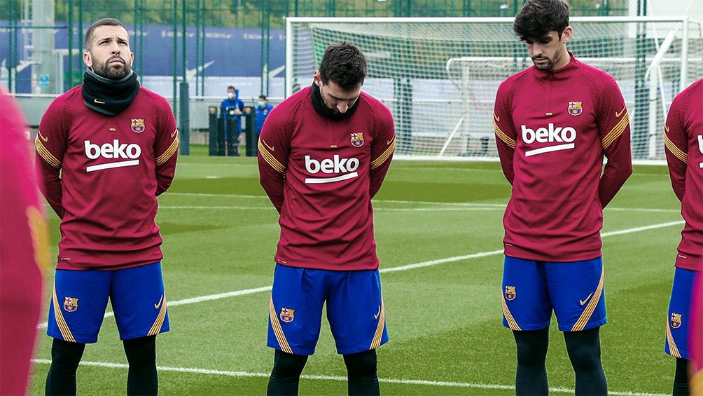 Con un minuto de silencio, Messi recordó junto al plantel del Barcelona a Diego